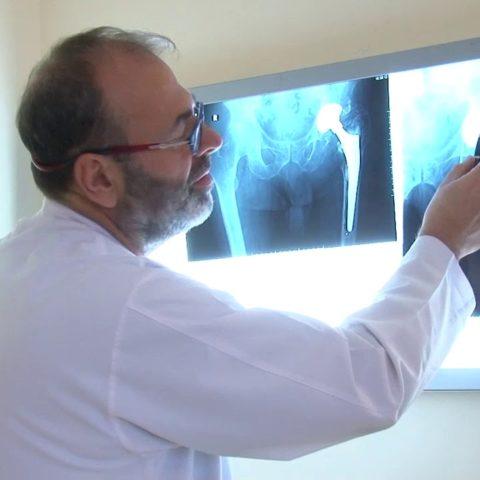 I paralizuar për 12 vite, Mjekët e spitalit Amerikan ngrenë në këmbë 85 vjeçarin!